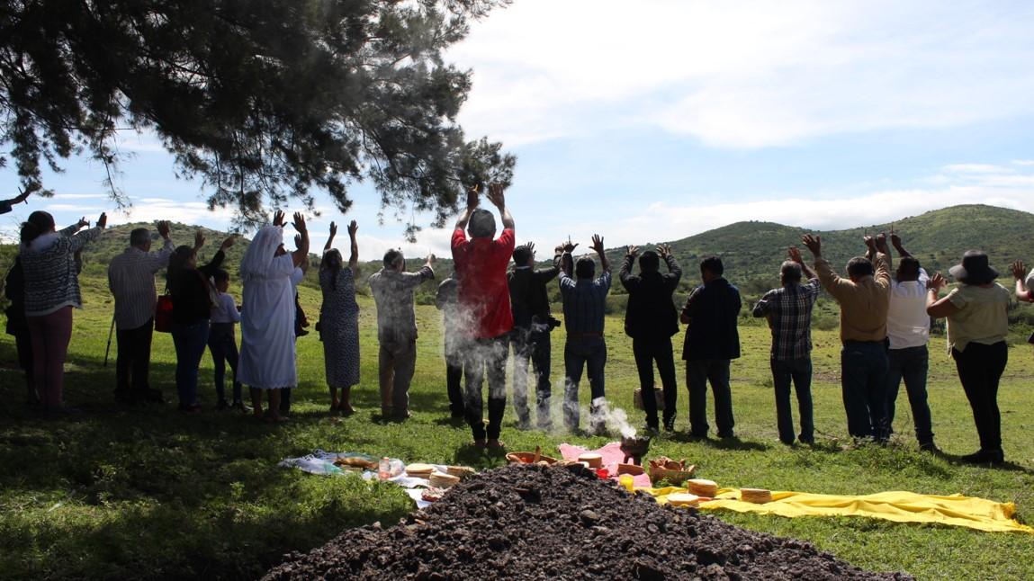 todo mundo alza las manos en el ritual de la guelaguetza contra la minería pagina 3