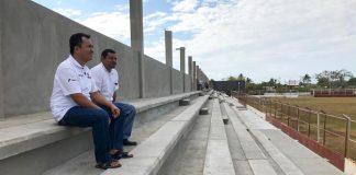 """Supervisa Emilio Montero avanzada reconstrucción del estadio """"El Juchiteco"""""""