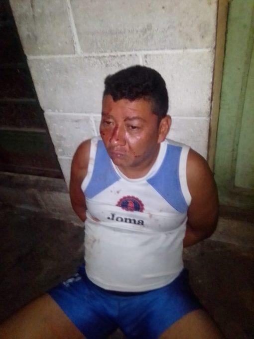 : Edwin Alexander López, esposado, justo después de haber asesinado a su esposa en la madrugada, en presencia de su familia. Foto/Cortesía