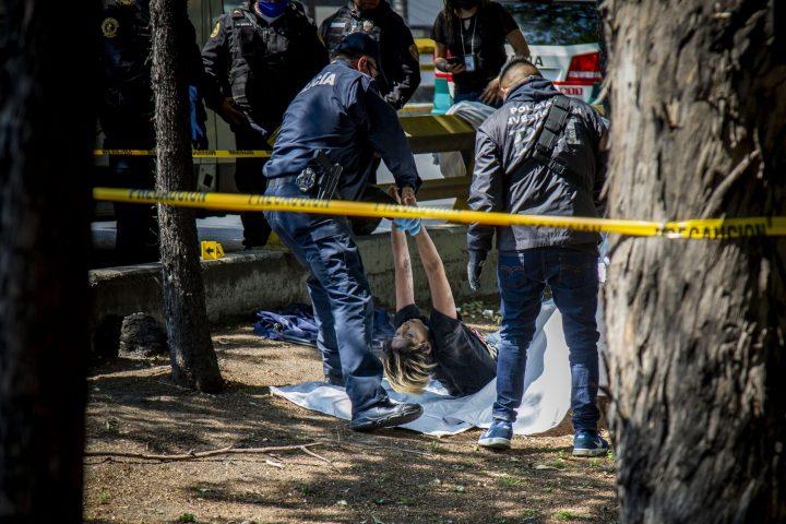 Una joven es encontrada sin vida el 2 de mayo en la Ciudad de México, en plena fase 3 de la pandemia. Foto / Brian Torres