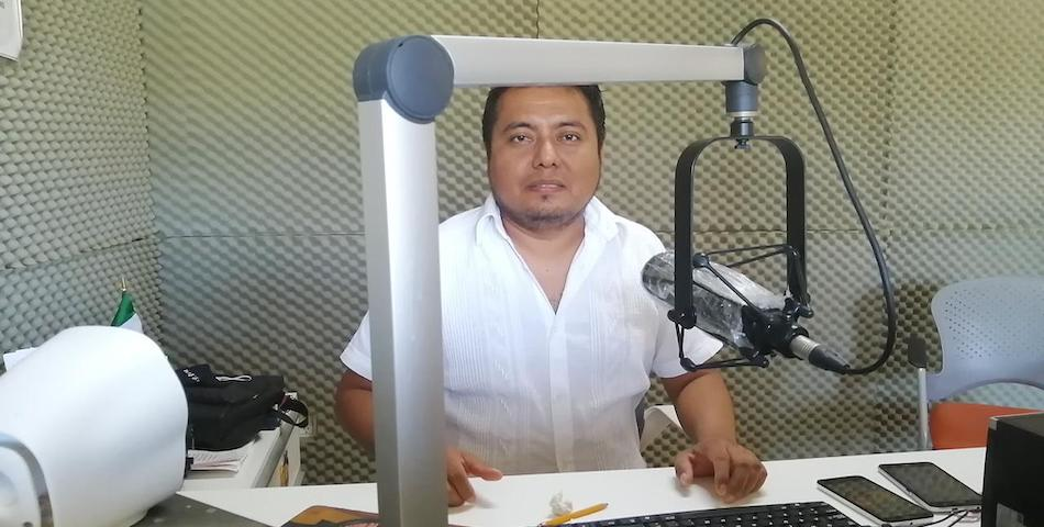 Desde la cabina, Williams Santiago, locutor que habla en zapoteco a su audiencia.